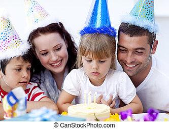 小女孩, 欽佩, a, 蛋糕, 上, 她, birthday\'s, 天