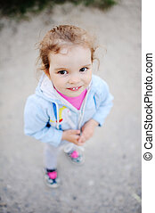 小女孩, 由于, 美麗, 白色的牙齒, 微笑, 在, the, 照像機