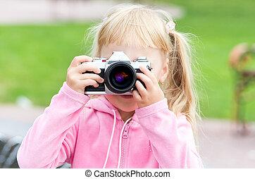 小女孩, 由于, the, 照像機