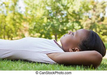 小女孩, 躺在草上, 微笑
