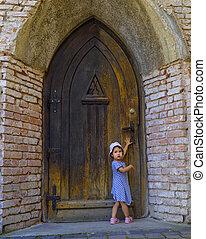 小女孩, 近, the, 老 被塑造, 門