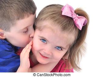 小孩子, 得到, a, 親吻 在  面頰