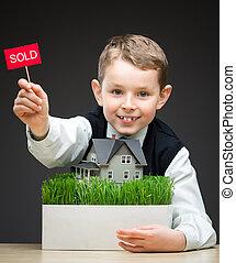 小男孩, 保持, 家, 模型, 同时,, 出售, 牌子