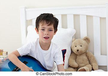 小男孩, 唱, 以及, 演奏吉他