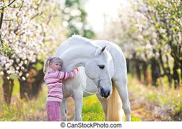小的孩子, 由于, a, 白色的馬