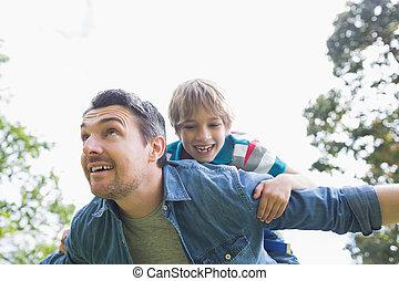 届く, 父, 背中, 男の子, 朗らかである