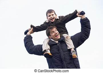 届く, 肩, 彼の, 父, 息子