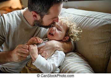 屋内, 父, 娘, 小さい, 病気, よちよち歩きの子, home., 叫ぶこと