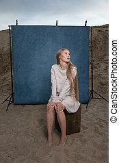 屋外で, 前部, 砂, 女性, 背景, 青, スタジオ, 肖像画, ポーズを取る, かなり