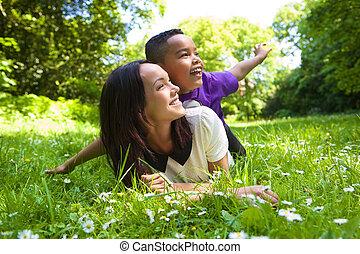 屋外で, 息子, レース, 母, 混ぜられた, 微笑