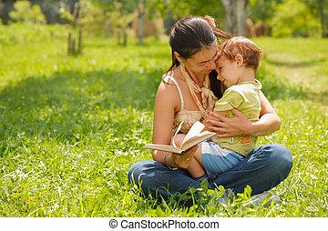 屋外で, 息子, 本, 母, 読書, 幸せ
