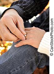 屋外のカップル, 若い, interracial, 魅力的, 手, リング