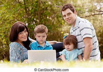 屋外, コンピュータ, 家族