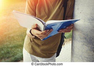 屋外, ノート, 学生, 手, 開いた, キャンパス