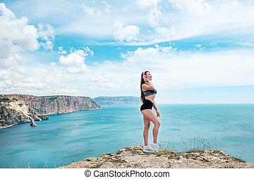 屋外, 夏, 浜, tropic, 肖像画, の, 若い, セクシー, sensual, なめされた, スポーツの女性, ポーズを取る, 上に, ∥, 海, 中に, 日当たりが良い, 天候, そして, 楽しい時を 過しなさい, 中に, 休暇時間