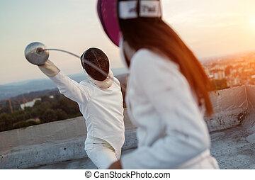 屋根, 人々, フェンシング, 2, 戦い, 屋外で, 運動選手