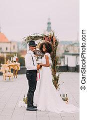 屋根, 幸福に, 恋人, 結婚式, 朗らかである, 手を持つ, 微笑