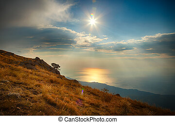 山坡, 海, 同时,, 天空, 带, 云, 同时,, 太阳