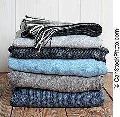 山, の, 暖かい, 毛織りである, 衣類, 上に, a, 木製のテーブル
