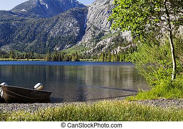 山, アルミニウム, 湖の海岸, 漁船