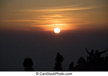 山, シルエット, 人々, 見る, 日没, 背景