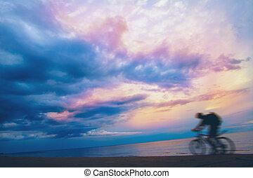 山, 嵐の空, バイカー, 日没 浜