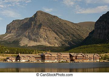 山, 旅館