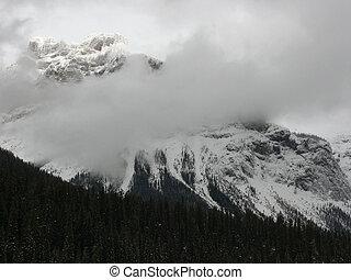 山, 曇り
