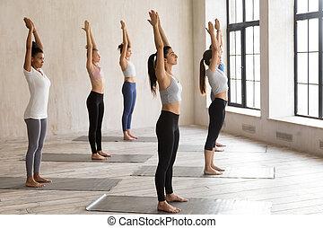 山, 練習する, 若い, グループ, exerc, ヨガ, レッスン, 女性