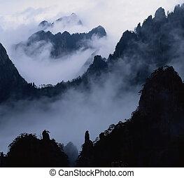 峰頂, 在雲中