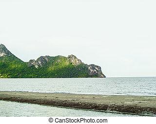 島, 由于, 森林, 以及, 懸崖, 在, the, 天空, 線, 由于, 海灘, 以及, 咸水, 池塘, 上, the, 陸地