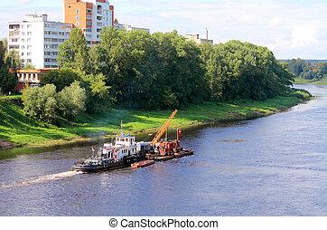 川の ボート