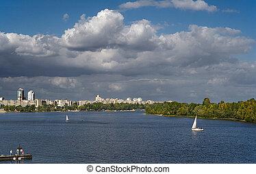 川, 帆走しているボート