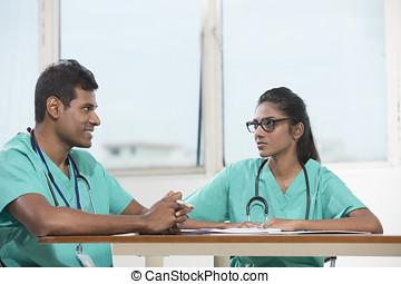 工作, 坐, 醫生, 二, 一起, 印第安語, 書桌