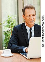 工作, 由于, pleasure., 快樂, 成熟的人, 在, formalwear, 工作上, 膝上型, 以及, 微笑, 當時, 在桌旁坐, 在戶外