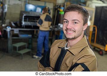 工員, ポーズを取る, そして, 微笑