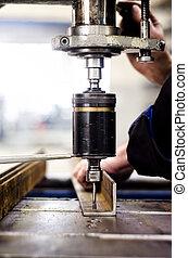 工業, 工程師, 使用, a, 机械, 操練, 機器, 在, a, factor