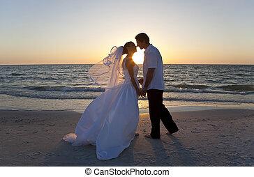 已结婚, &, 夫妇, 新郎, 新娘, 日落, 婚礼, 亲吻, 海滩