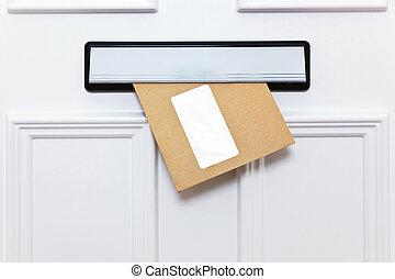 布朗, 信封, 在中, a, 前门, letterbox