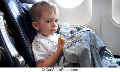 帶上某种調子, 很少, 飛行, 男孩, 漂亮, 在期間, 肖像, 吃, 飛機