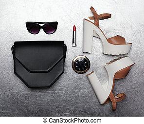平ら, わずかしか, ファッション, 靴, クラッチ, セット, 上に, ミラーのサングラス, かかと, ポケット, 口紅, 背景, 黒, 贅沢, 女性, textured, ハンドバッグ, 銀, 位置