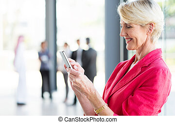 年を取った, 電話, 女性実業家, 中央, 読む電子メール, 痛みなさい