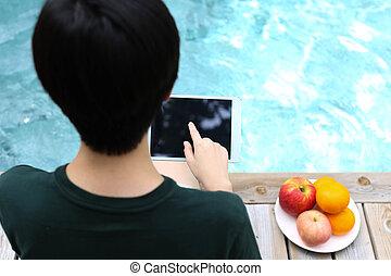 年輕人, 坐, 所作, the, 游泳池, 以及, 使用, 片劑, 電腦