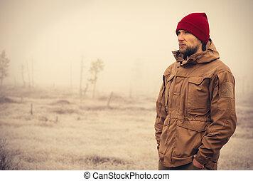 年輕人, 穿, 冬天帽子, 衣服, 戶外, 由于, 有霧, 自然, 在背景上, 旅行, 生活方式, 以及, 憂鬱,...