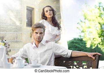 年輕夫婦, 享用, 午餐, 在花園