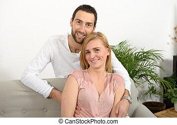 年輕夫婦, 休息, 在, the, 沙發