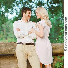 年輕夫婦, 在愛過程中, 在戶外, 在公園