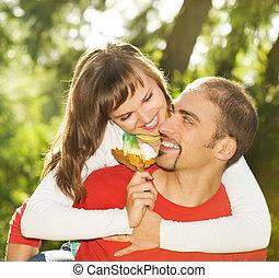 年輕夫婦, 在愛過程中, 在戶外