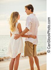 年輕夫婦, 在愛過程中, 在海灘上, 傍晚