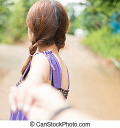 年輕夫婦, 在愛過程中, 走在公園, 以及, 扣留手